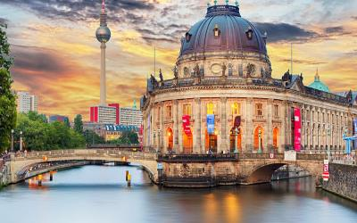 Mit dem Boot vorbei am Berliner Doom